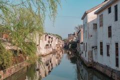 Canal en la ciudad china del agua, parte histórica de la ciudad imagenes de archivo