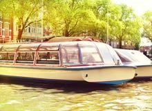 Canal en la ciudad de Amsterdam, Países Bajos Fotos de archivo libres de regalías