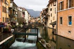 Canal en la ciudad de Annecy Imágenes de archivo libres de regalías