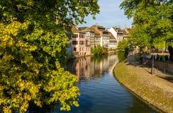 Canal en la ciudad vieja de Estrasburgo - Francia Foto de archivo