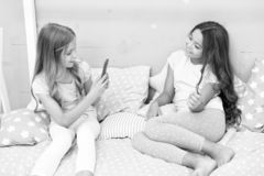 Canal en ligne de vlog de courant Les soeurs dans des pyjamas d?tendent la chambre ? coucher et prennent la photo dr?le pour le c photographie stock libre de droits