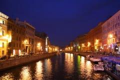Canal en St Petersburg en oscuridad Imagenes de archivo