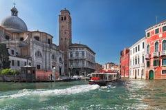 Canal en Venecia con el barco y casas viejas en el verano en el tiempo soleado, Italia, Europa Imágenes de archivo libres de regalías