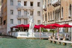Canal en Venecia con las casas viejas en el verano en tiempo soleado Foto de archivo libre de regalías