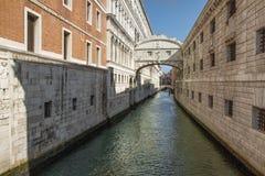 Canal en Venecia con los puentes Fotografía de archivo libre de regalías