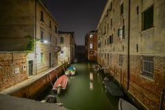 Canal en Venecia en la noche imágenes de archivo libres de regalías