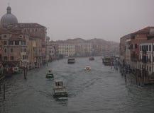 Canal en Venecia en una mañana cubierta brumosa del invierno con los barcos Imágenes de archivo libres de regalías