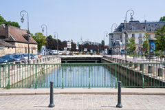 Canal en ville Troyes, France Photo libre de droits