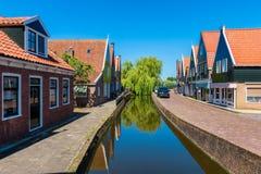 Canal en Volendam Países Bajos Foto de archivo libre de regalías