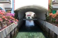 Canal entre les maisons Image stock