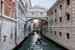 Canal estrecho con algunos barcos en Venecia Fotografía de archivo
