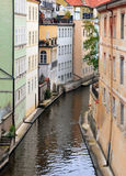 Canal estrecho del agua con los edificios coloridos viejos Fotografía de archivo libre de regalías