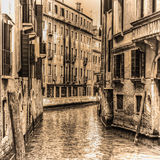 Canal estrecho en Venecia en tono de la sepia Fotografía de archivo libre de regalías