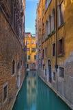Canal estrecho en Venecia, Italia Foto de archivo