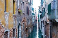 Canal estrecho en Venecia Italia imagen de archivo