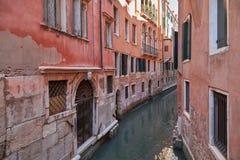 Canal estreito de Veneza, construções antigas e casas em Itália fotografia de stock