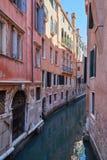 Canal estreito de Veneza, construções antigas e fachadas das casas em Itália fotografia de stock royalty free