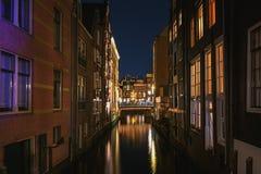 Canal estreito na cidade velha de Amsterdão na noite Imagens de Stock
