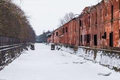 Canal et bâtiment abandonné dans la scène d'hiver Photos libres de droits