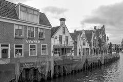 Canal et b?timents au centre de Lemmer dans une photo noire et blanche en Frise, photo libre de droits