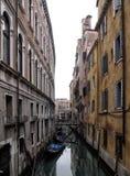 Canal et bâtiments de Venise dans le pont amorti de couleurs Photos stock