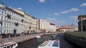 Canal et bateau de touristes d'hydropt?re dans le St Petersbourg du centre, Russie banque de vidéos