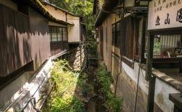 Canal et courants entre les bâtiments du village d'Ohara Image stock