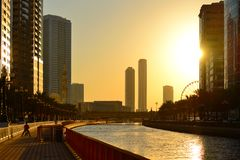 Canal et gratte-ciel d'Al Qasba au Charjah photographie stock libre de droits