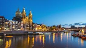 Canal et horizon d'Amsterdam la nuit avec le laps de temps de Nicholas Church de saint dans la ville d'Amsterdam, Pays-Bas clips vidéos