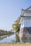 Canal et mur autour de château japonais Photos stock