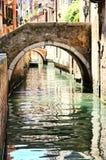 Canal et passerelle de Venise Photos stock
