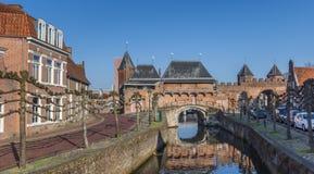 Canal et porte Koppelpoort de ville à Amersfoort Images libres de droits