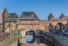 Canal et porte Koppelpoort de ville à Amersfoort Photos libres de droits