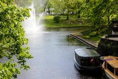 Canal et riveside au printemps 2019 de ville de Riga images stock