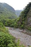 Canal excavado en el acantilado en día nublado Foto de archivo