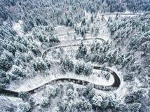 Canal extremo del camino del invierno un bosque cubierto en nieve imagenes de archivo