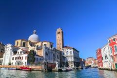Canal famoso grandioso e igreja de Chiesa di San Geremia em Veneza, Itália Imagem de Stock