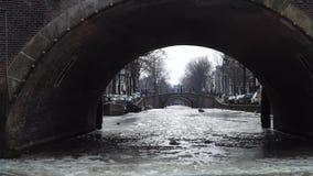 Canal glacial Amsterdam Vue du bateau banque de vidéos
