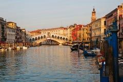 Canal grand avec la passerelle de Rialto Photo libre de droits