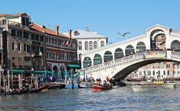 Canal grand avec la passerelle de Rialto. Venise. Images stock