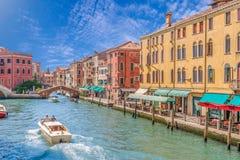 Canal grand de Venise avec des gondoles, des bateaux, le pont, et des maisons colorées L'Italie dans le jour lumineux d'été Photographie stock