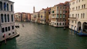 Canal grande de Veneza com a gôndola e o barco que passam perto video estoque