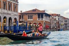 Canal grande de Veneza com gôndola e ponte de Rialto Imagens de Stock