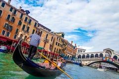 Canal grande de Veneza com gôndola e ponte de Rialto Fotografia de Stock