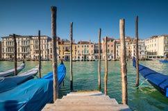 Canal grande de Veneza com goldolas e arquitetura tradicional Imagens de Stock Royalty Free