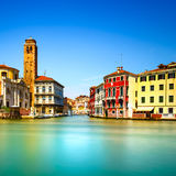 Canal grande di Venezia Cannareggio, punto di riferimento del campanile della chiesa di San Geremia. L'Italia immagini stock