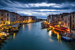 Canal grande di Venezia di notte, l'Italia Immagini Stock Libere da Diritti
