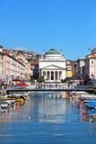Canal grande e igreja do St Antonio Taumaturgo em Trieste, Itália fotos de stock