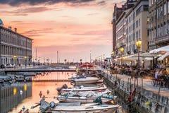 Canal grande en el centro de ciudad de Trieste, Italia foto de archivo libre de regalías