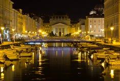 Canal grande en la noche en Trieste Imagen de archivo libre de regalías